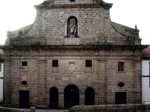 1 - Escudo tallado en la fachada del Convento del Carmen. Santiago de Compostela