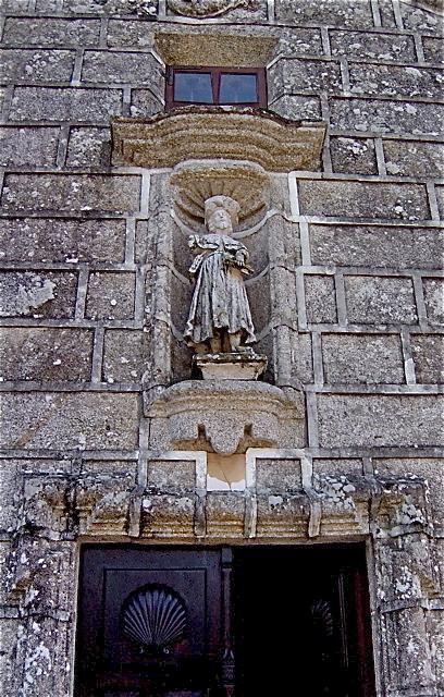 1 - Imagen de Santiago roto, en la fachada de la Iglesia de Lampón