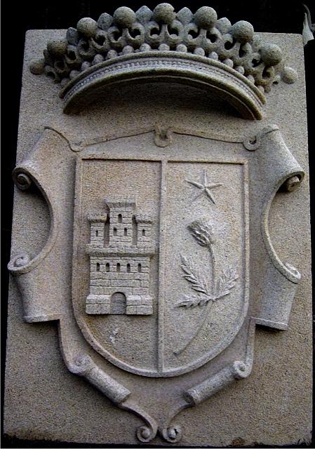 11 - Escudo con corona - piedra granito