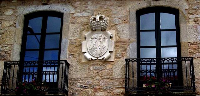 13 -Escudo con corona - piedra granito