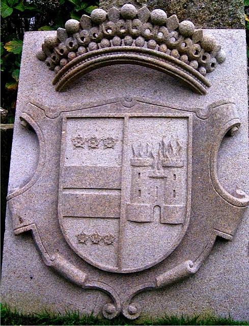 14 - Escudo con corona - piedra granito