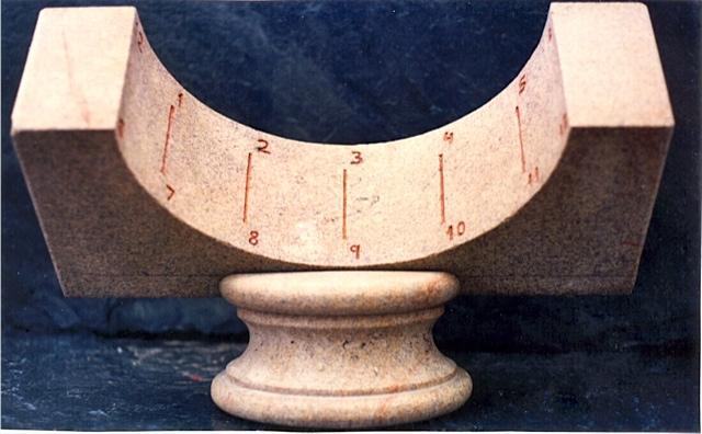 14 - Reloj de sol cilíndrico de eje paralelo al eje de la tierra -piedra granito