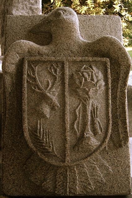 16 - Escudo con pájaro -piedra granito