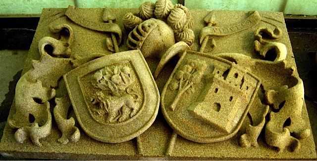 18- Escudo doble con lambrequines , casco y penachos - piedra granito