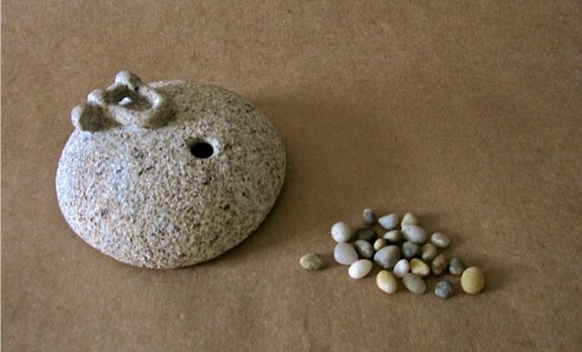 16 - Regalo de cumpleaños para un aficionado a la vela, es un pisapapeles hueco dentro del que van tantas piedrecitas como años cumpla - piedra granito - 12x12x6cm aprox - Precio 150,00 €