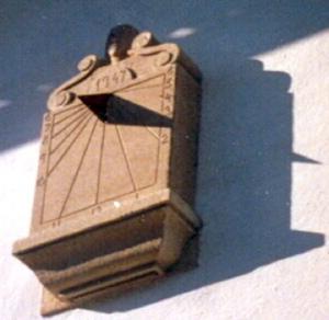 21 - Reloj de sol vertical sobre ménsula en pared - piedra granito