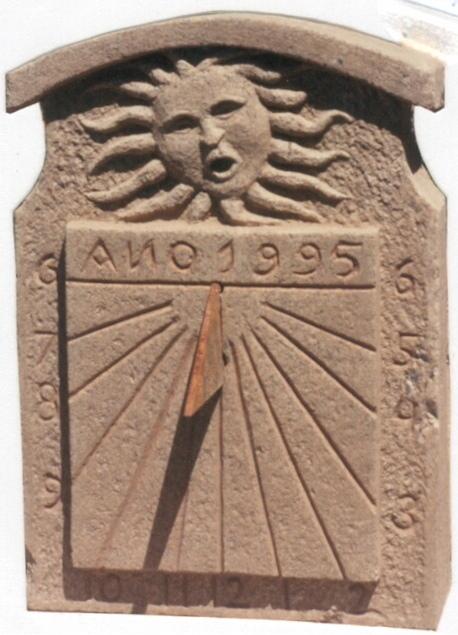22 - Reloj de sol vertical con relieve -piedra granito