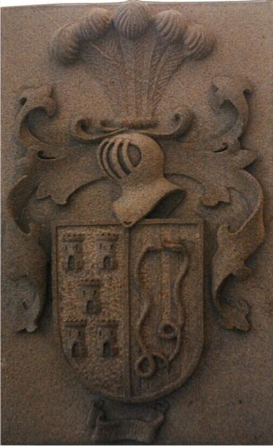 23 - Escudo con casco, penachos,lambrequines - piedra granito