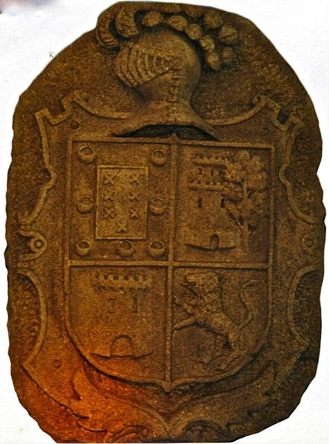 26 - Escudo con casco y penachos - piedra granito