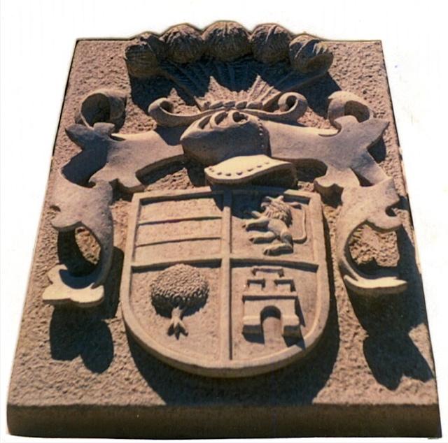 29 - Escudo con casco, penachos y lambrequines - piedra granito