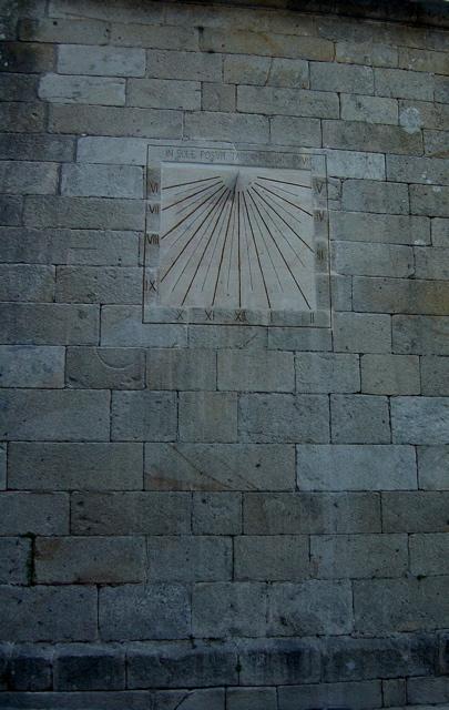 3 - Reloj de sol vertical declinante tallado en la pared