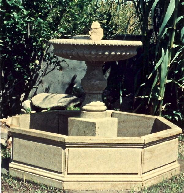 37 - Fuente Generalife con pez - piedra granito