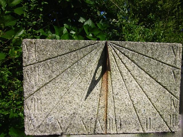 37 - Reloj de sol - granito con la pátina del tiempo - 35x21x10cm