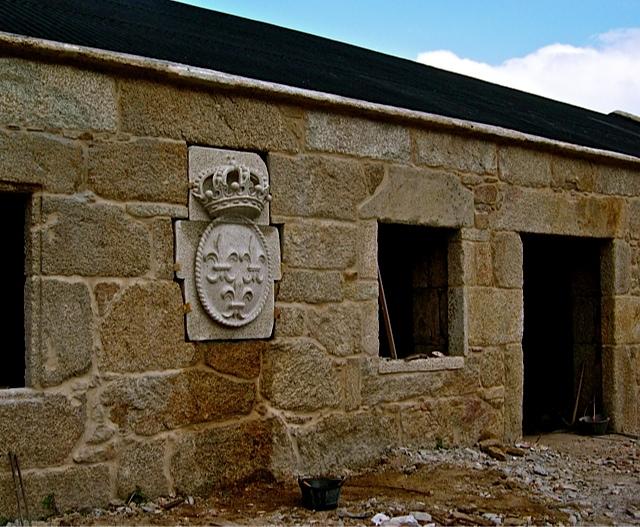 4 - Colocando Escudo Borbón. Hotel Punta Couso (Ribeira) - piedra granito