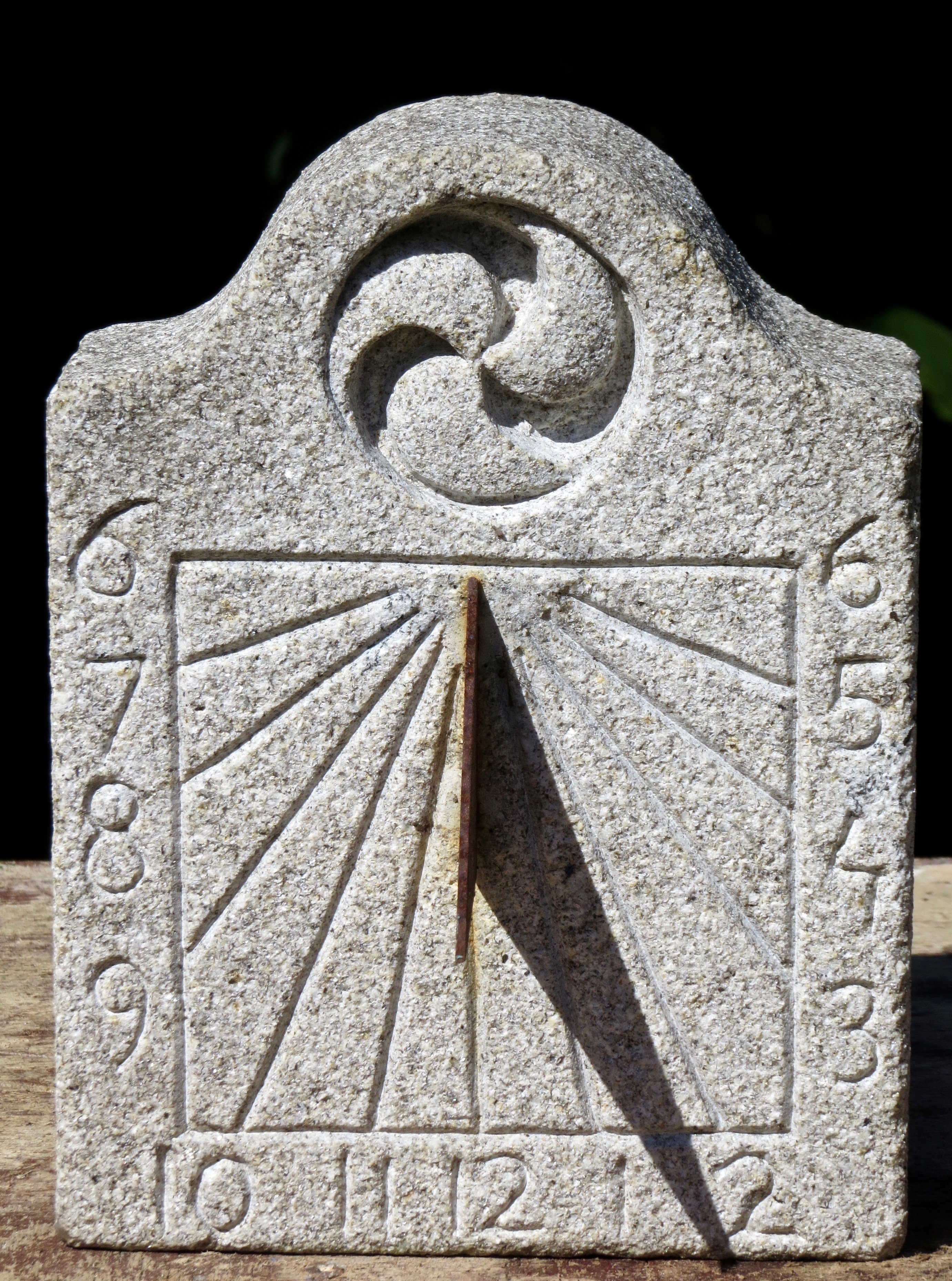 41 - Reloj de Sol con trisquel - piedra