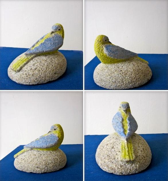 45- Pisapapeles pájaro - piedra granito pintado - 12x10x9cm aprox