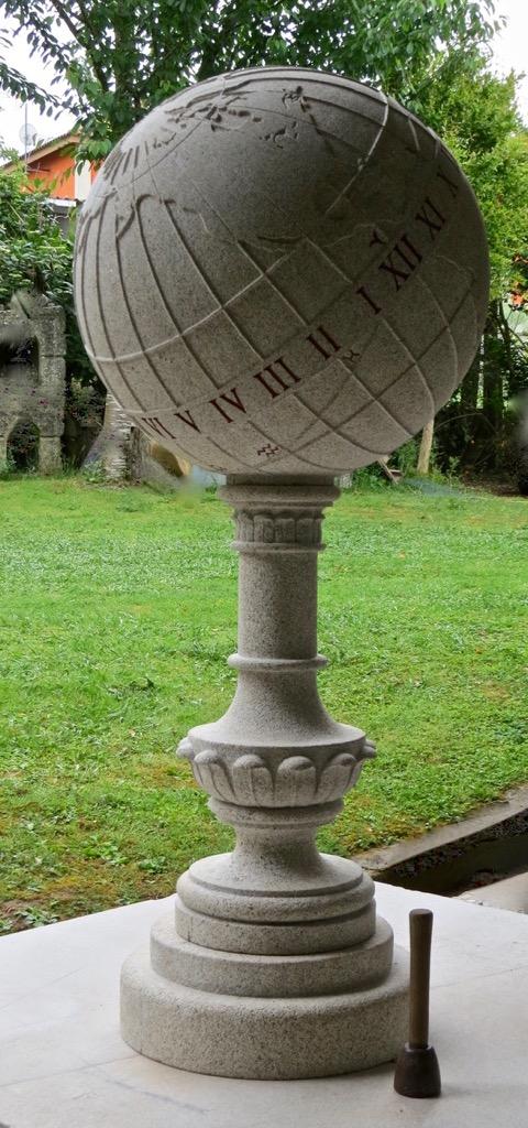 Bola del mundo en piedra de Galicia