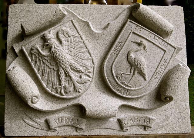 46 - Escudo doble - piedra granito