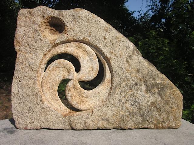 54 - Trisquel - piedra granito - 34x50x5cm
