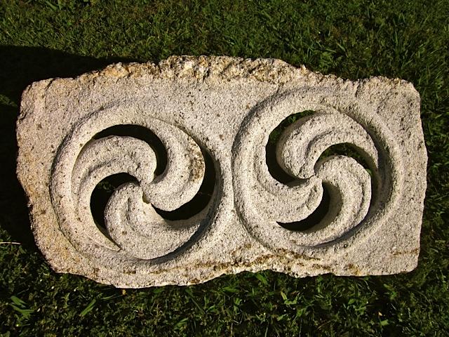 58- Trisquel doble - piedra granito - 60x35x6cm