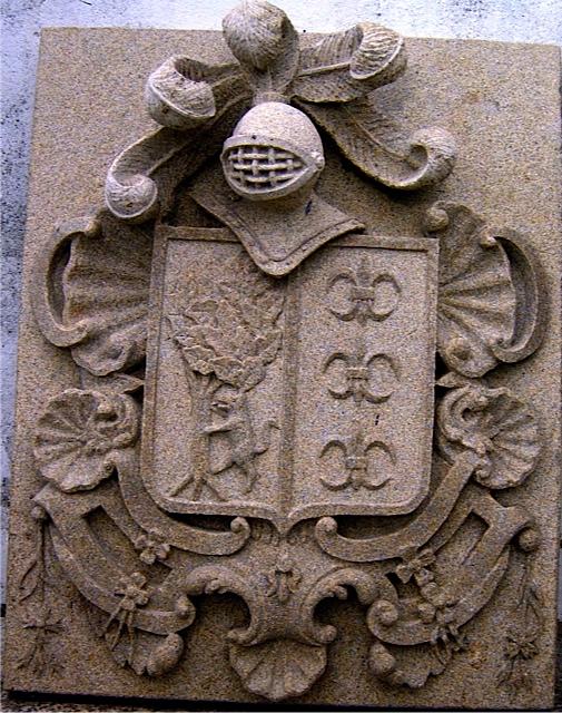 6 -Escudo con casco y penachos - piedra granito