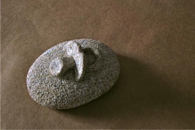 7 - Pisapapeles con chupete - piedra granito - 14x10x6cm aprox - Precio 50,00 €