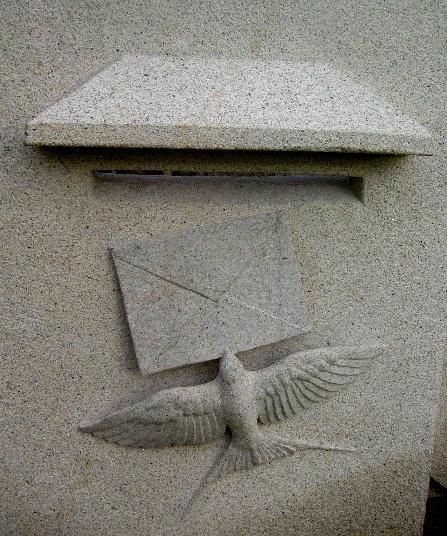 9 - Buzón con carta y golondrina - piedra granito