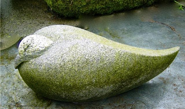9 - Pato - granito negro con una veta blanca y la pátina del tiempo