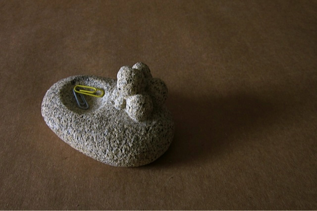 9 - Pisapapeles para clips con bolas - piedra granito - 13x8x6cm aprox - Precio 50,00 €