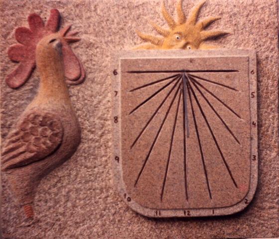 9 - Reloj de sol vertical con gallo y sol tallados y pintados - piedra granito